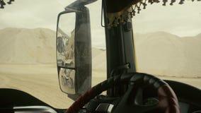 Visión en espejo retrovisor del ` s del camión en trabajo en mina almacen de video