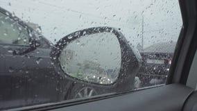 Visión en espejo retrovisor del ` s del coche en la calle de la ciudad metrajes