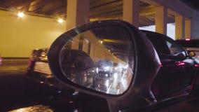 Visión en espejo retrovisor del ` s del coche en túnel almacen de metraje de vídeo