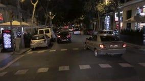 Visión en la arquitectura de la ciudad de la noche, camino, coches Lanzamiento de la cámara de conducir la vespa traveling Viaje almacen de video