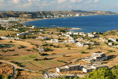 Visión en la bahía y la aldea del mar Foto de archivo libre de regalías