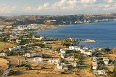 Visión en la bahía y la aldea del mar Imagen de archivo