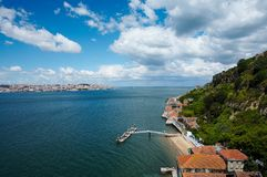 Visión en la bahía y una ciudad costera vieja imagenes de archivo