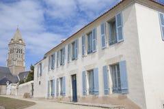 Visión en la casa tradicional en la isla de Noirmoutier en Francia con las paredes blancas y el bl Fotos de archivo