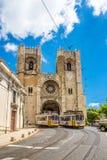 Visión en la catedral del comandante de StMary con las tranvías viejas en las calles de Lisboa en Portugal Fotos de archivo libres de regalías