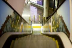 Visión en la escalera móvil con la verja del metal que va abajo Fotografía de archivo