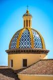 Visión en la iglesia de San Gennaro con el tejado redondeado en Vettica Maggiore Praiano, Italia foto de archivo