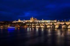 Visión en la noche a través del río de Moldava en Praga Fotografía de archivo