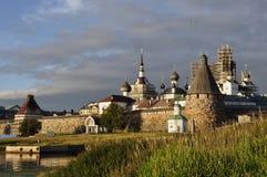 Visión en la puesta del sol del monasterio de Solovetsky Spaso-Preobrazhensky Mar blanco, Rusia, isla de Solovki Foto de archivo
