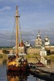Visión en la puesta del sol en un velero en el fondo del monasterio de Solovetsky Spaso-Preobrazhensky El mar blanco, Rusia, Solo foto de archivo libre de regalías