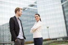 Visión en los hombres de negocios jovenes al aire libre Imagen de archivo libre de regalías