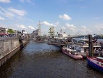 Visión en los puentes de aterrizaje apretados en el puerto de Hamburgo en el cumpleaños de los puertos foto de archivo libre de regalías