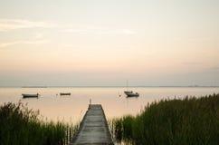 Visión en una bahía tranquila en el tiempo crepuscular Fotos de archivo libres de regalías