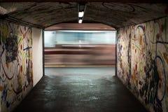 Visión en una estación de metro subterráneo en Roma, Italia Foto de archivo libre de regalías