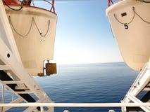 Visión entre dos botes salvavidas Fotografía de archivo libre de regalías