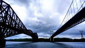 Visión entre dos puentes sobre el St Lawrence River imagen de archivo