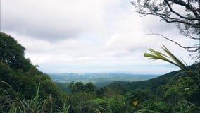 Visión escénica desde el pico de montaña en el valle y las nubes que nadan en lapso de tiempo del cielo Colinas verdes y montañas almacen de video