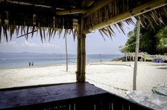 Visión escénica desde la choza de bambú, playa arenosa blanca tropical hermosa en el día soleado foto de archivo
