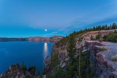 Visión escénica en la oscuridad en el parque nacional del lago crater, Oregon, los E.E.U.U. imagen de archivo