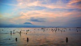 Visión escénica hermosa asombrosa desde la playa del soporte Agung del volcán activo en la isla de Bali de Indonesia en puesta de imagen de archivo