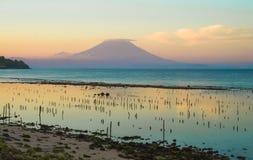 Visión escénica hermosa asombrosa desde la playa del soporte Agung del volcán activo en la isla de Bali de Indonesia en puesta de foto de archivo