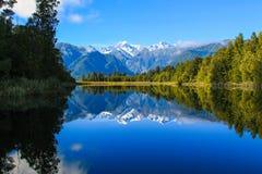 Visión escénica para la reflexión del lago Matheson foto de archivo
