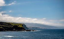 Visión espectacular desde la montaña sobre la costa de Tenerife foto de archivo