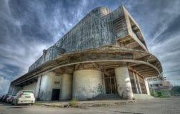 Visión exterior el chalet abandonado imagenes de archivo