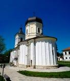 Visión exterior para empedrar la iglesia de Dormition del verano en el monasterio ortodoxo de Capriana, el Moldavia Fotografía de archivo libre de regalías
