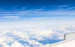 Visión fuera de la ventana de un avión en la mucha altitud Fotos de archivo libres de regalías