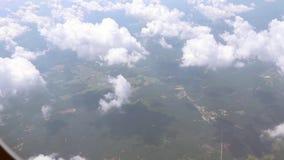 Visión fuera de la ventana del aeroplano almacen de metraje de vídeo