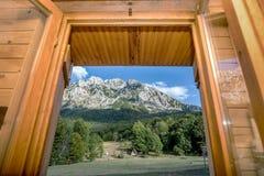 Visión fuera de una ventana de montañas en Bosnia y Herzegovina foto de archivo
