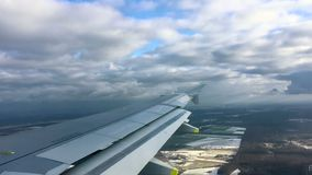 Visión fuera del aterrizaje de la ventana del aeroplano en el aeropuerto internacional importante en Berlín, Alemania, lapso de t almacen de video