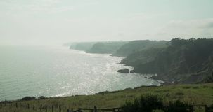 Visión general desde una colina de la costa de Cantabric almacen de metraje de vídeo