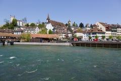 Visión general hacia ciudad abajo por el río Reuss Fotos de archivo
