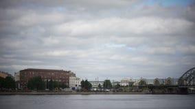 Visión general panorámica a través del río del Daugava de Riga Letonia metrajes