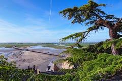 Visión granangular maravillosa desde las paredes de la abadía de Mont Saint Michel en la bahía y del puente durante la marea baja Imagen de archivo libre de regalías