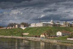 Visión hacia el castillo viejo y el nuevo castillo en Hrodna Foto de archivo libre de regalías