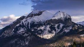 Visión hacia el pico de Havran en las montañas de Tatra en Eslovaquia - vídeo 50fps del lapso de tiempo almacen de video