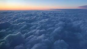 Visión hacia fuera las nubes azules de la ventana del aeroplano sobre Alaska almacen de metraje de vídeo