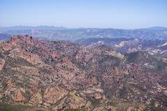 Visión hacia los altos picos, pináculos parque nacional, California imagen de archivo