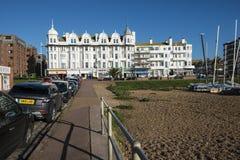 Visión hacia restaurantes del frente de mar en el Bexhill-en-mar en Sussex del este, Inglaterra imagen de archivo libre de regalías