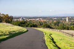 Visión hacia Stanford University y Redwood City de las colinas del plato de Stanford, área de la Bahía de San Francisco, Californ fotografía de archivo libre de regalías