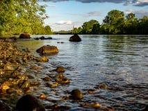 Visión idílica sobre un riverbank fotografía de archivo