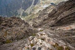 Visión imponente desde el acantilado escarpado en el pico de Lomnicky Stit Fotografía de archivo