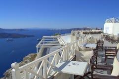Visión imponente desde elegante un café en Santorini Foto de archivo
