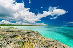 Visión imponente desde un acantilado en el océano tranquilo de la turquesa y la playa contra fondo de la magia del cielo azul Imagen de archivo libre de regalías