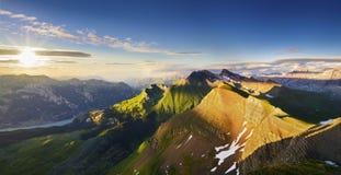 Panorama suizo de la montaña en la puesta del sol Fotografía de archivo libre de regalías