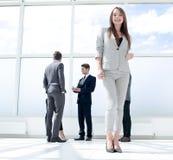 Visión inferior situación joven de la empresaria en un pasillo espacioso fotografía de archivo