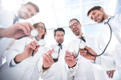 Visión inferior un grupo de doctores ha puesto sus estetoscopios juntos fotos de archivo